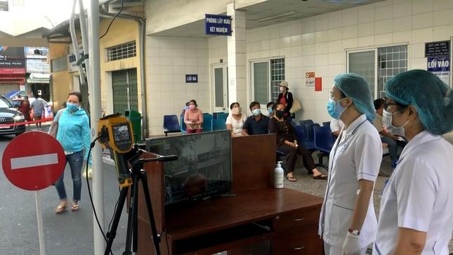 Bệnh viện đầu tiên ở Sài Gòn sắm máy kiểm tra thân nhiệt từ cổng ảnh 2