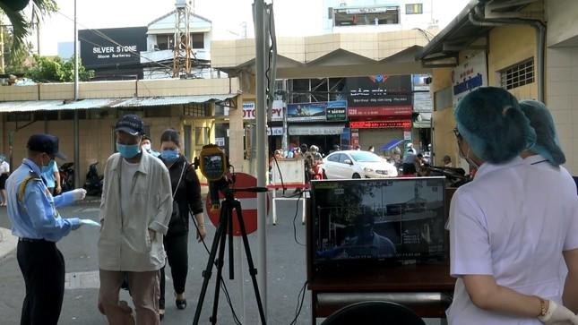Bệnh viện đầu tiên ở Sài Gòn sắm máy kiểm tra thân nhiệt từ cổng ảnh 3