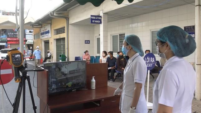 Bệnh viện đầu tiên ở Sài Gòn sắm máy kiểm tra thân nhiệt từ cổng ảnh 4