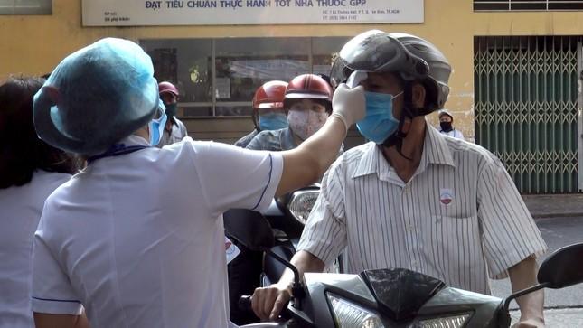 Bệnh viện đầu tiên ở Sài Gòn sắm máy kiểm tra thân nhiệt từ cổng ảnh 7