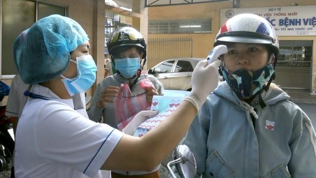 Bệnh viện đầu tiên ở Sài Gòn sắm máy kiểm tra thân nhiệt từ cổng ảnh 8
