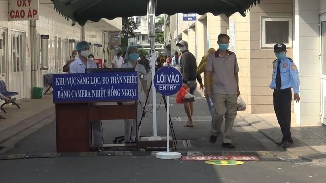 Bệnh viện đầu tiên ở Sài Gòn sắm máy kiểm tra thân nhiệt từ cổng ảnh 5