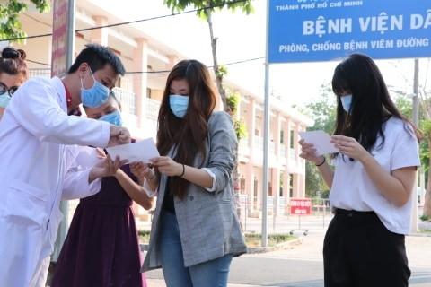 Bốn bệnh nhân mắc COVID-19 ở TPHCM được xuất viện ảnh 1