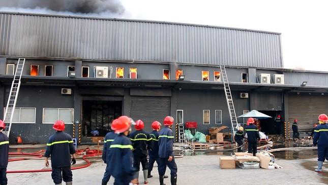 Kho hàng gần sân bay Tân Sơn Nhất cháy ngùn ngụt lúc sáng sớm ảnh 1