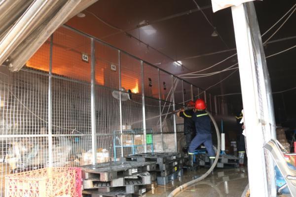 Kho hàng gần sân bay Tân Sơn Nhất cháy ngùn ngụt lúc sáng sớm ảnh 2