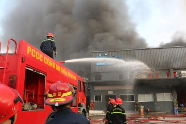 Kho hàng gần sân bay Tân Sơn Nhất cháy ngùn ngụt lúc sáng sớm ảnh 3