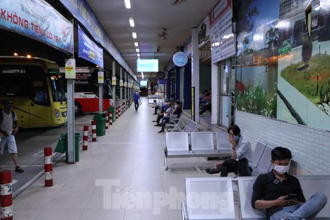 Bến xe lớn nhất Sài Gòn vắng hoe trước giờ tạm ngưng hoạt động toàn bộ xe khách ảnh 3