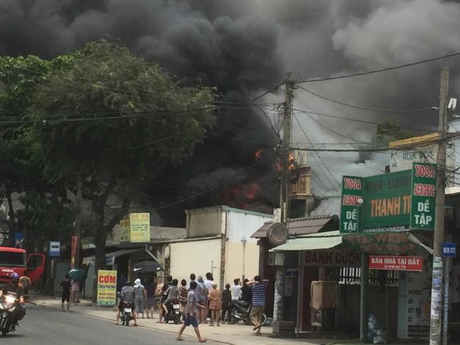 Quán karaoke ở Sài Gòn cháy ngùn ngụt giữa trưa ảnh 1