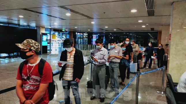 Khách khai báo y tế không đúng 'hành' nhân viên kiểm dịch ở sân bay Tân Sơn Nhất ảnh 2
