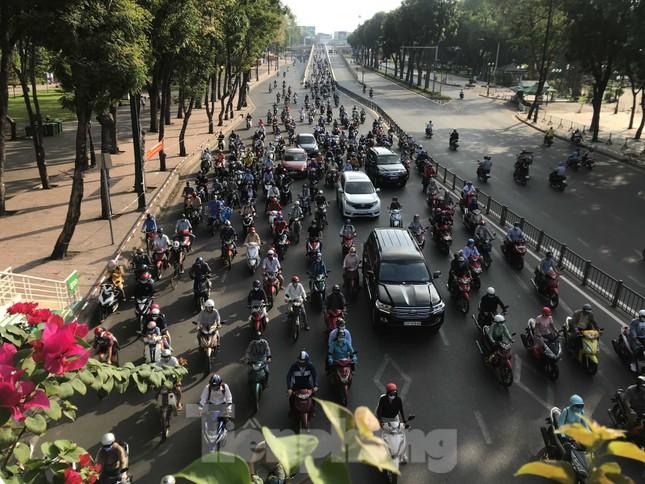 Sài Gòn ngày cuối giãn cách: Đường phố đông đúc, hàng quán vẫn im lìm ảnh 1