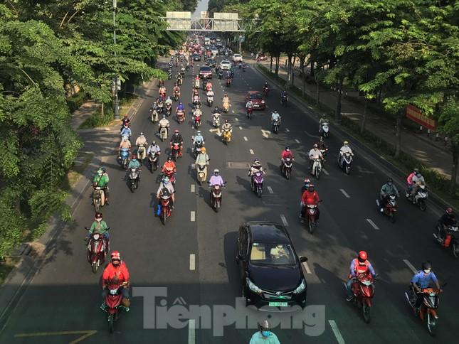 Sài Gòn ngày cuối giãn cách: Đường phố đông đúc, hàng quán vẫn im lìm ảnh 4