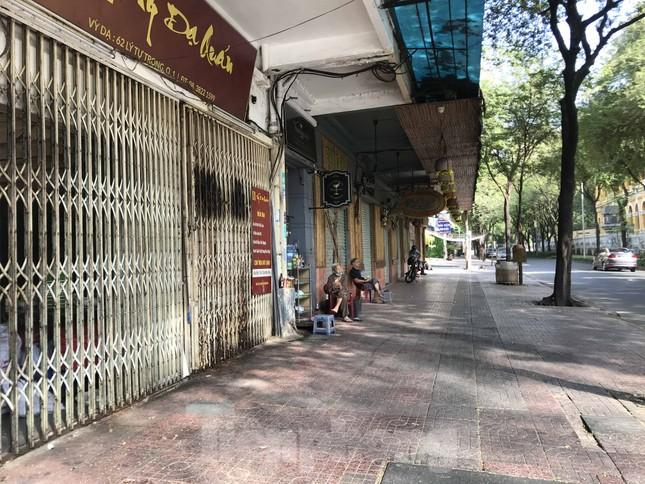 Sài Gòn ngày cuối giãn cách: Đường phố đông đúc, hàng quán vẫn im lìm ảnh 6