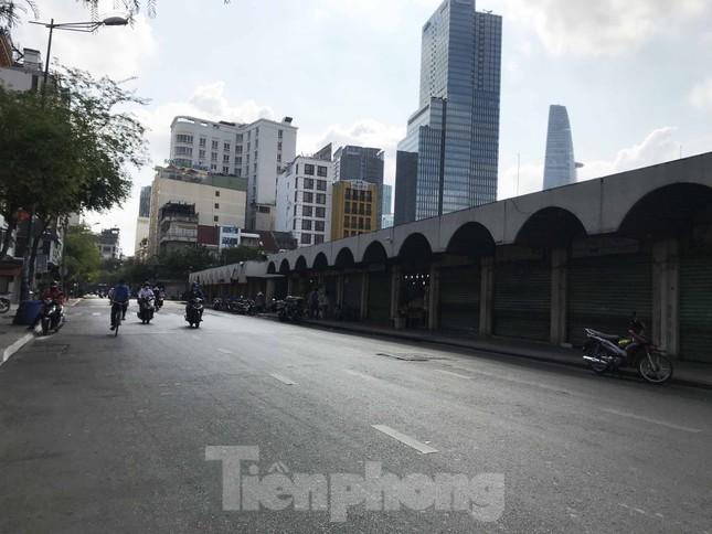 Sài Gòn ngày cuối giãn cách: Đường phố đông đúc, hàng quán vẫn im lìm ảnh 7