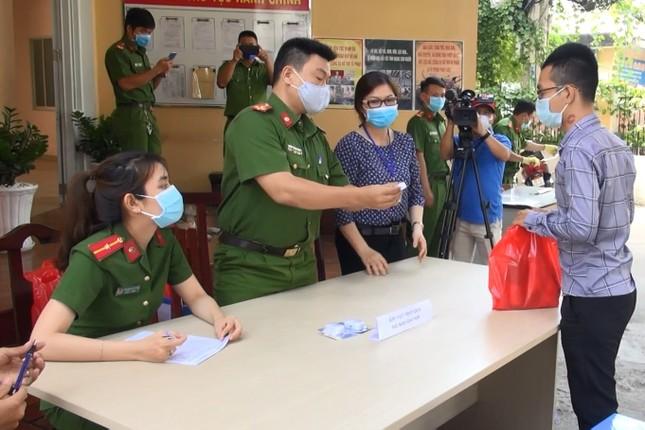 Người dân Sài Gòn 'rủ nhau' mang súng, vũ khí tự chế đến công an giao nộp ảnh 3
