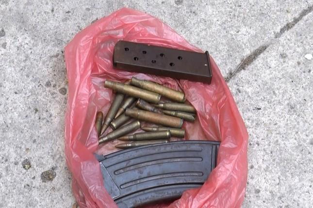 Người dân Sài Gòn 'rủ nhau' mang súng, vũ khí tự chế đến công an giao nộp ảnh 1