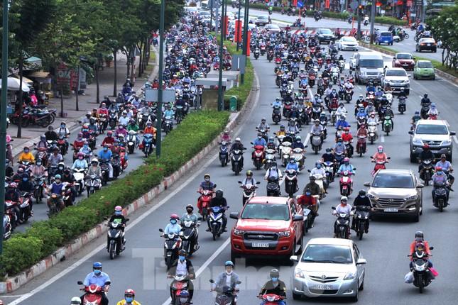 Cửa ngõ Sài Gòn ken đặc xe cộ sáng đầu tuần ảnh 1