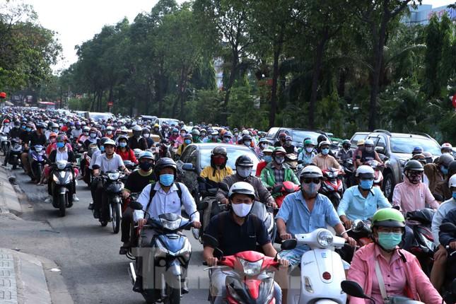 Cửa ngõ Sài Gòn ken đặc xe cộ sáng đầu tuần ảnh 4