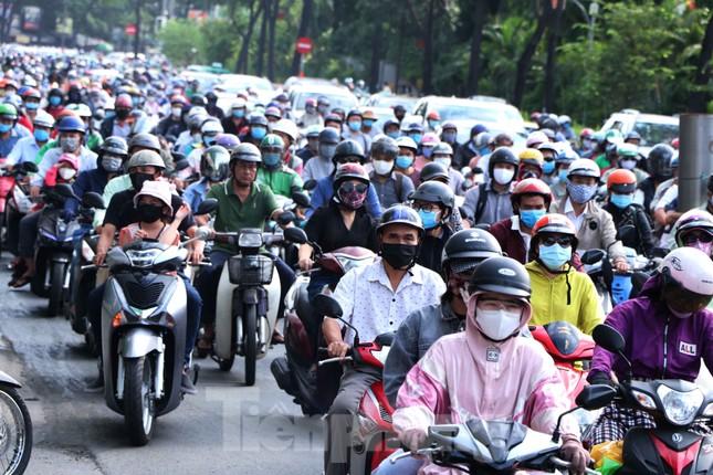 Cửa ngõ Sài Gòn ken đặc xe cộ sáng đầu tuần ảnh 5