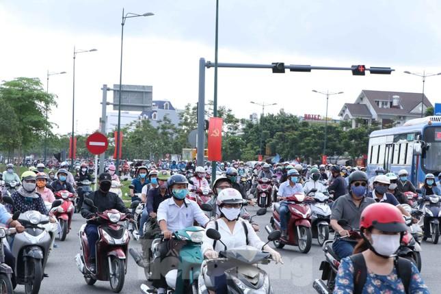 Cửa ngõ Sài Gòn ken đặc xe cộ sáng đầu tuần ảnh 7