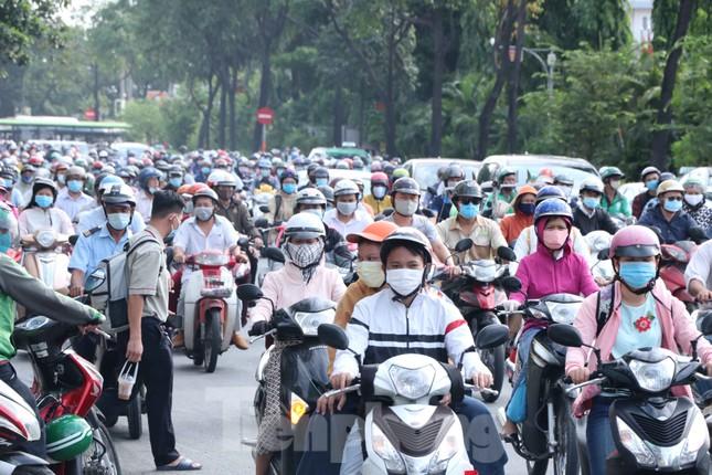Cửa ngõ Sài Gòn ken đặc xe cộ sáng đầu tuần ảnh 11