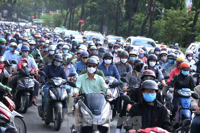 Cửa ngõ Sài Gòn ken đặc xe cộ sáng đầu tuần ảnh 8