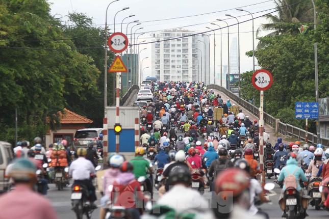 Cửa ngõ Sài Gòn ken đặc xe cộ sáng đầu tuần ảnh 3