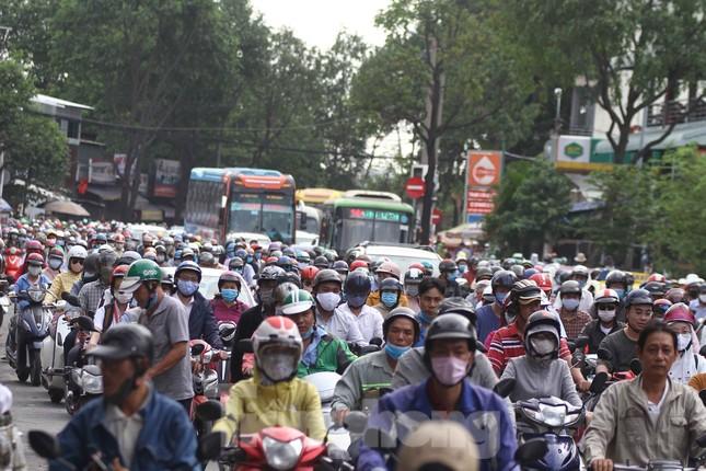 Cửa ngõ Sài Gòn ken đặc xe cộ sáng đầu tuần ảnh 9
