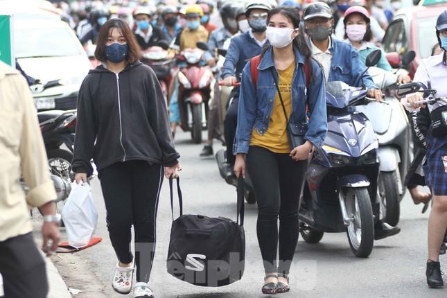 Cửa ngõ Sài Gòn ken đặc xe cộ sáng đầu tuần ảnh 10