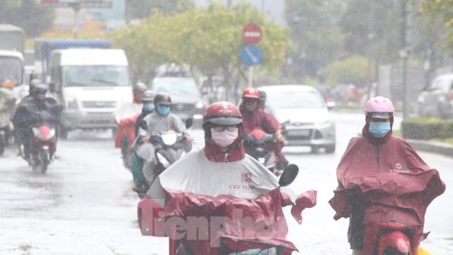 Người Sài Gòn bì bõm lội nước sau cơn mưa bất chợt đầu giờ chiều ảnh 1