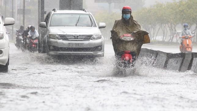 Người Sài Gòn bì bõm lội nước sau cơn mưa bất chợt đầu giờ chiều ảnh 3