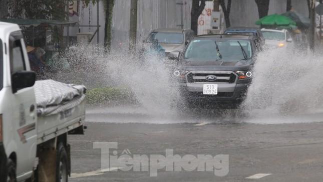 Người Sài Gòn bì bõm lội nước sau cơn mưa bất chợt đầu giờ chiều ảnh 4