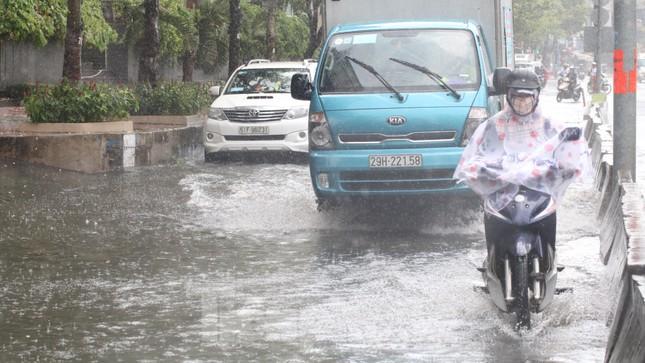 Người Sài Gòn bì bõm lội nước sau cơn mưa bất chợt đầu giờ chiều ảnh 5