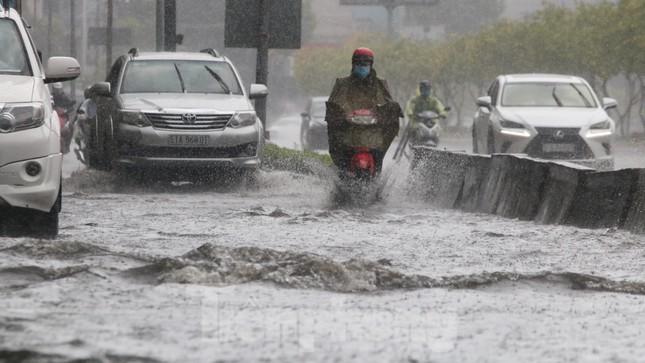 Người Sài Gòn bì bõm lội nước sau cơn mưa bất chợt đầu giờ chiều ảnh 6