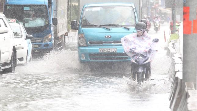 Người Sài Gòn bì bõm lội nước sau cơn mưa bất chợt đầu giờ chiều ảnh 7