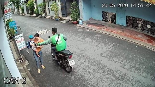 Tài xế Grabbike cướp điện thoại của người phụ nữ đang bế em bé ở Sài Gòn ảnh 1