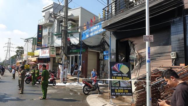 Giải cứu 7 người mắc kẹt trong căn nhà bốc cháy ở Sài Gòn ảnh 5