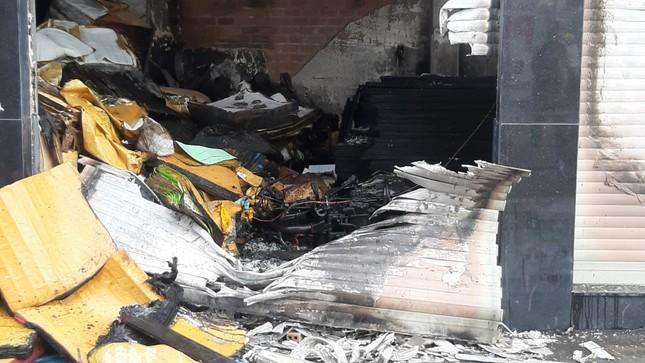 Giải cứu 7 người mắc kẹt trong căn nhà bốc cháy ở Sài Gòn ảnh 2