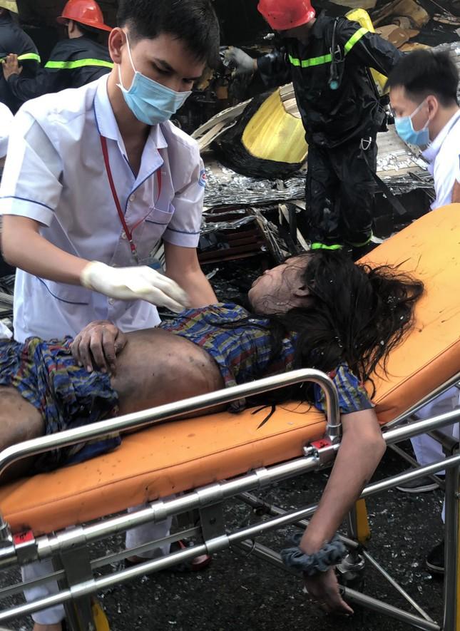 Giải cứu 7 người mắc kẹt trong căn nhà bốc cháy ở Sài Gòn ảnh 1