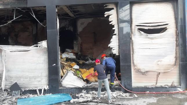 Giải cứu 7 người mắc kẹt trong căn nhà bốc cháy ở Sài Gòn ảnh 3