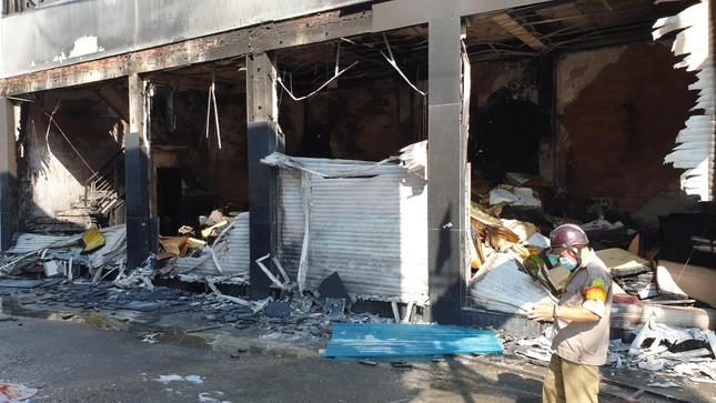 Giải cứu 7 người mắc kẹt trong căn nhà bốc cháy ở Sài Gòn ảnh 4