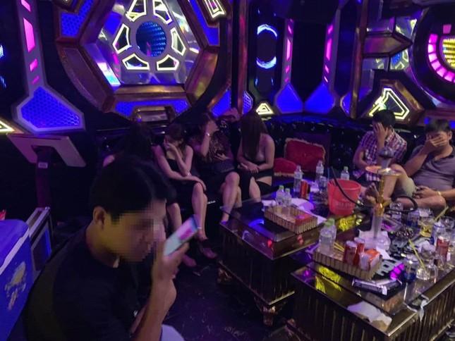 Công an 'đột kích' karaoke, bắt quả tang nhiều người phê ma tuý ảnh 2