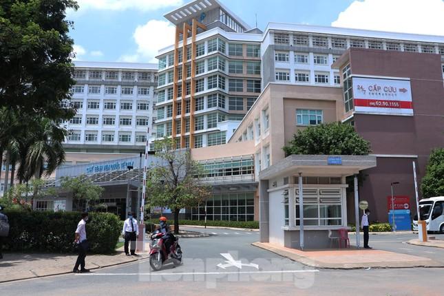 An ninh thắt chặt tại Bệnh viện Quốc tế City sau khi có người nghi mắc COVID-19 ảnh 1