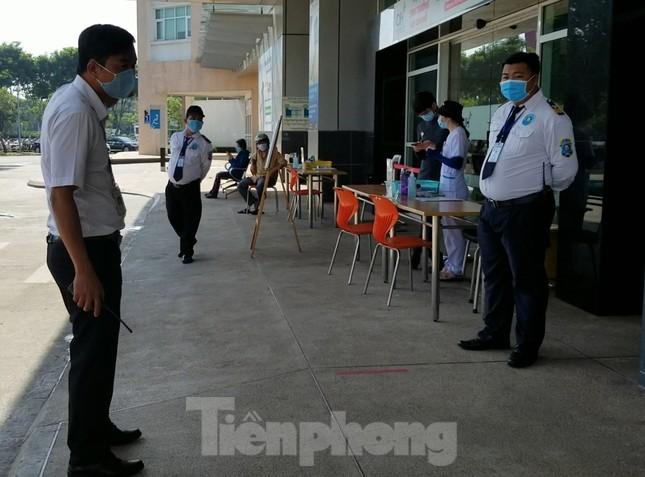 An ninh thắt chặt tại Bệnh viện Quốc tế City sau khi có người nghi mắc COVID-19 ảnh 2