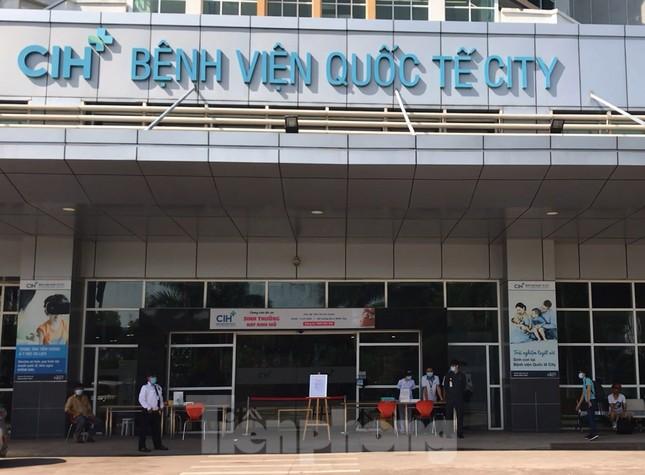 An ninh thắt chặt tại Bệnh viện Quốc tế City sau khi có người nghi mắc COVID-19 ảnh 5