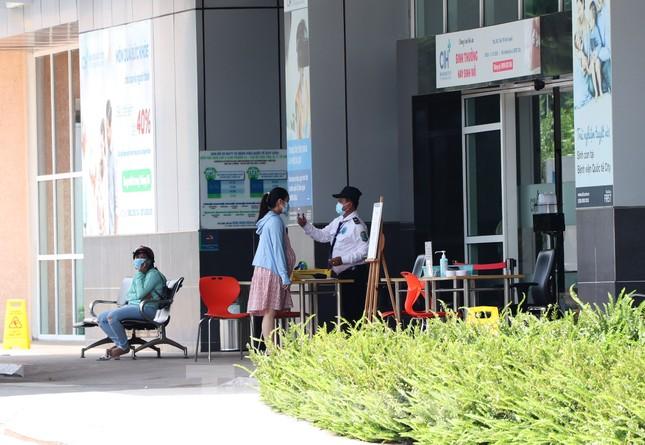 An ninh thắt chặt tại Bệnh viện Quốc tế City sau khi có người nghi mắc COVID-19 ảnh 6