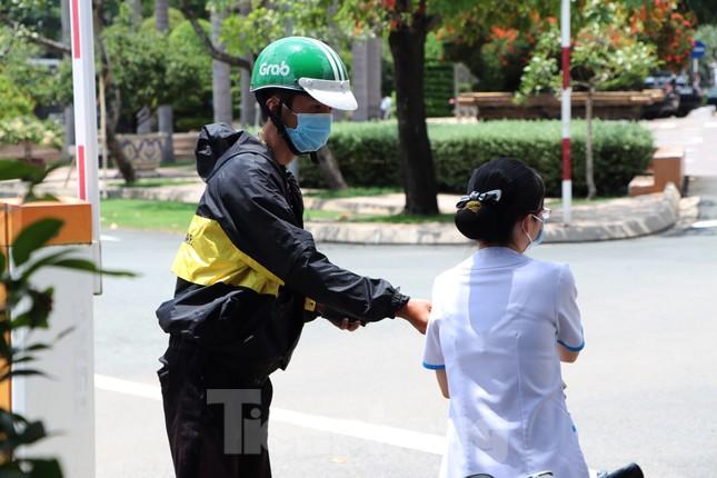 An ninh thắt chặt tại Bệnh viện Quốc tế City sau khi có người nghi mắc COVID-19 ảnh 9