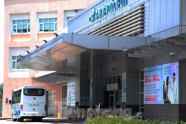 An ninh thắt chặt tại Bệnh viện Quốc tế City sau khi có người nghi mắc COVID-19 ảnh 10