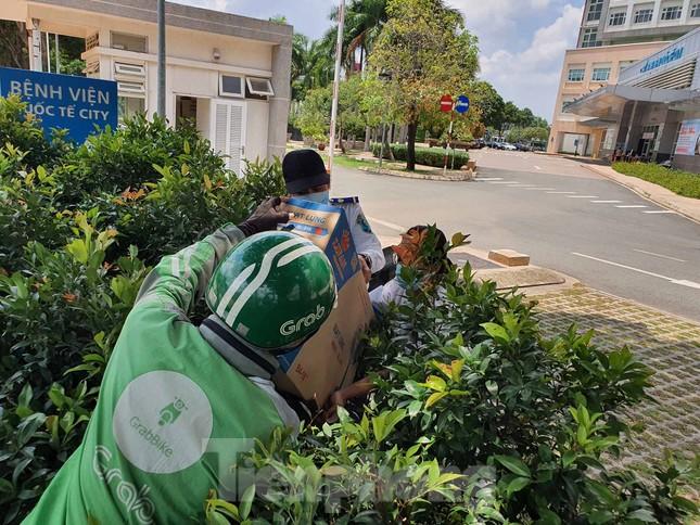 An ninh thắt chặt tại Bệnh viện Quốc tế City sau khi có người nghi mắc COVID-19 ảnh 8
