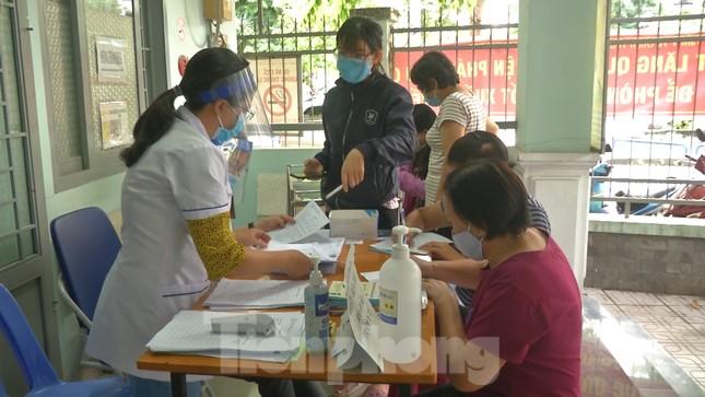 Cận cảnh quy trình lấy mẫu xét nghiệm COVID-19 với người về từ Đà Nẵng ảnh 7