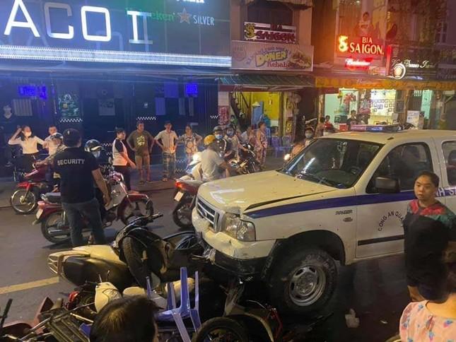 Ô tô công an phường tông nhiều xe máy ở phố Bùi Viện ảnh 1